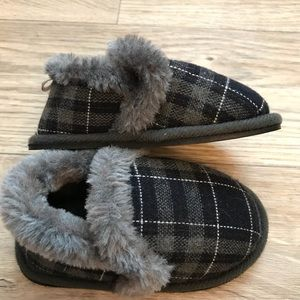 no brand name Shoes - Brand new never wore boys slippers 706f3e357c53